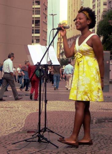 Fotos, músicas e vídeos de Jesuton, cantora de rua do Rio de Janeiro